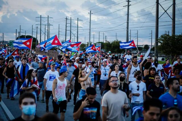 圖為美國民眾上街聲援古巴人反對共產政權。(EVA MARIE UZCATEGUI/AFP via Getty Images)