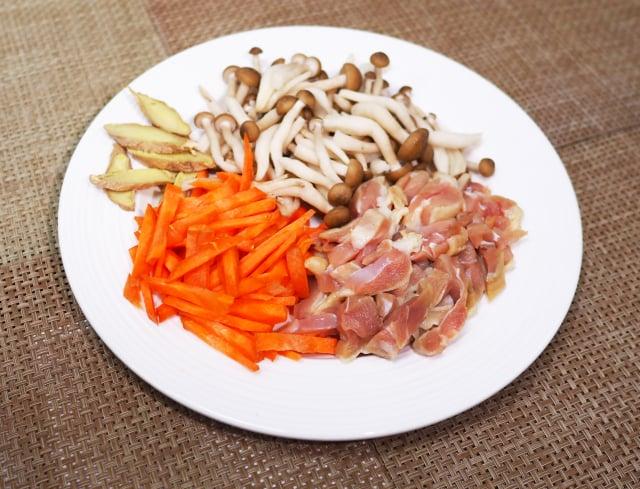 蔴香菇菇雞飯材料。(活水源天癒農法蔬果食品提供)