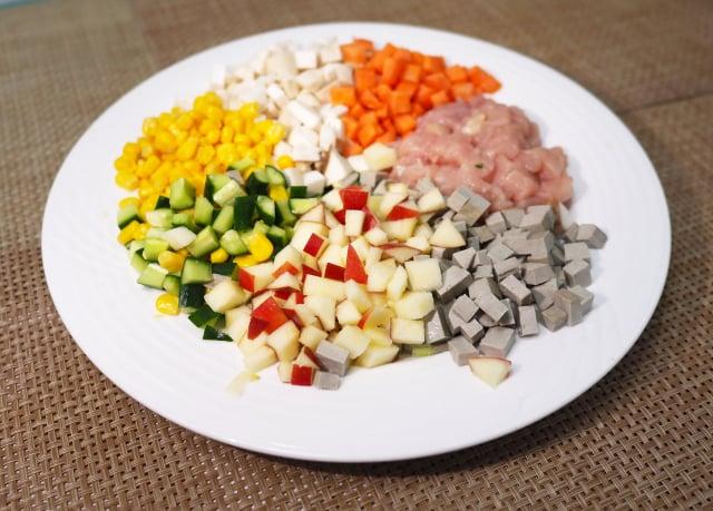 五彩雞丁材料。(活水源天癒農法蔬果食品提供)