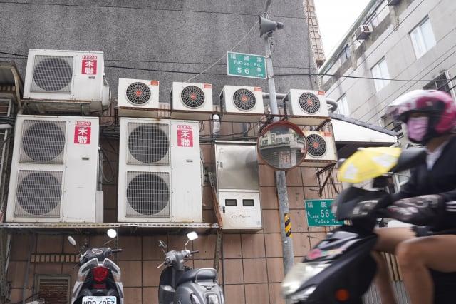 許多民眾希望能繼續凍漲7月夏月電費。(中央社)