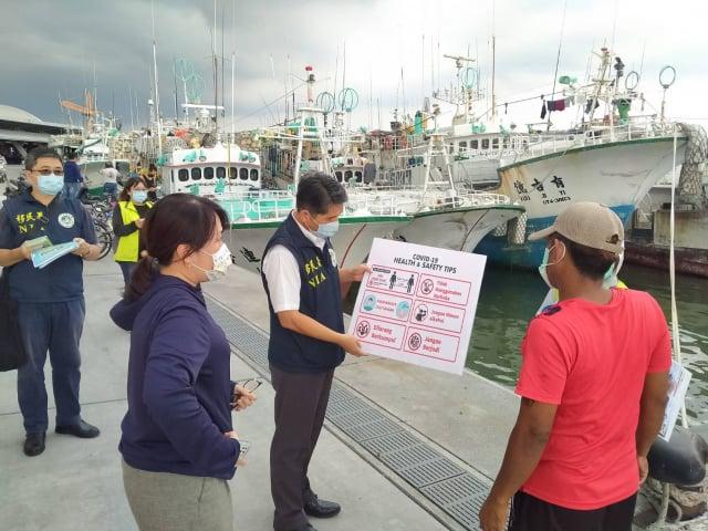 移民署高雄港隊結合相關單位加強向漁工宣導防疫為,共同防堵病毒傳播。(移民署提供)