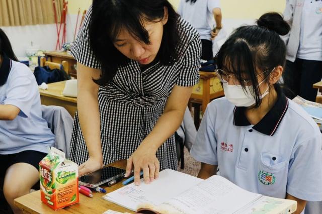 沒有支領薪資的代理教師導師們,「無償」付出其勞力協助校園事務。(桃園市教師會提供)