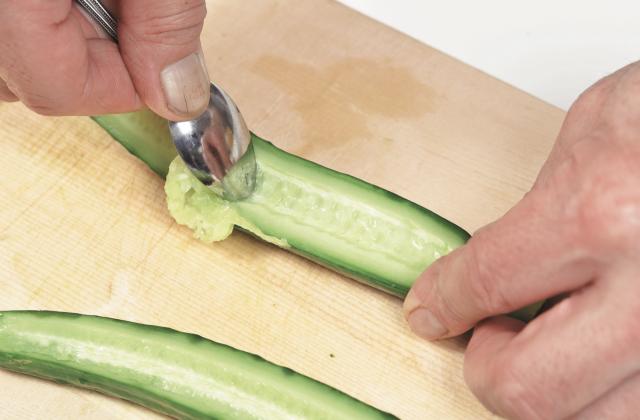 以湯匙的前端將籽刮除。(愛米粒提供)