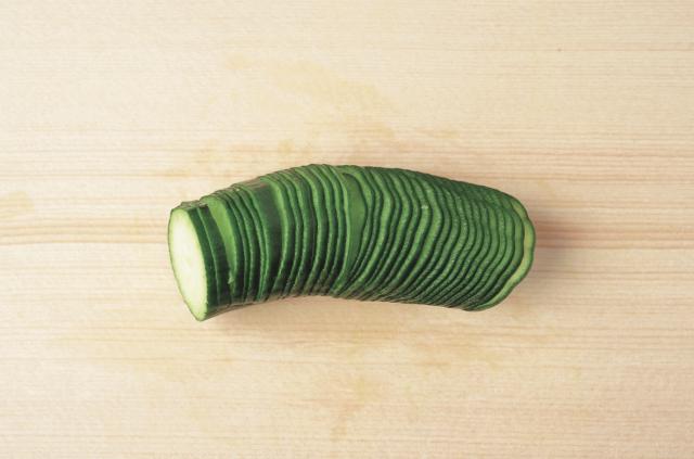 劃好刀後,以手將小黃瓜推展開 成如蛇腹般的長條狀。可做成醃漬菜或配菜。(愛米粒提供)