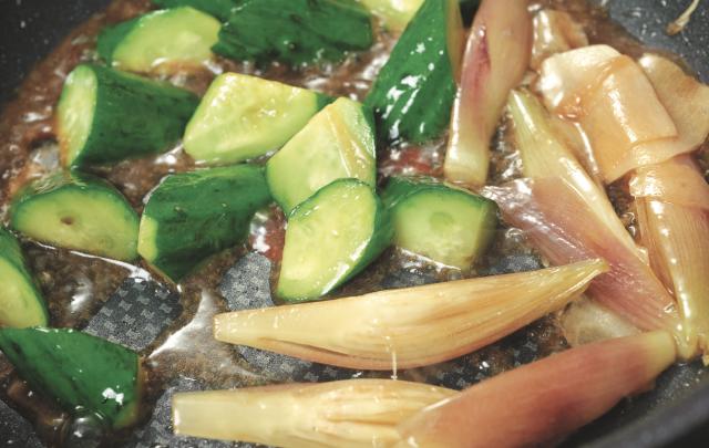 熱油,放入小黃瓜與蘘荷(野薑)。炒至油亮後,加入高湯或水。如此一 來,在提引風味的同時,也能充分入味。(愛米粒提供)