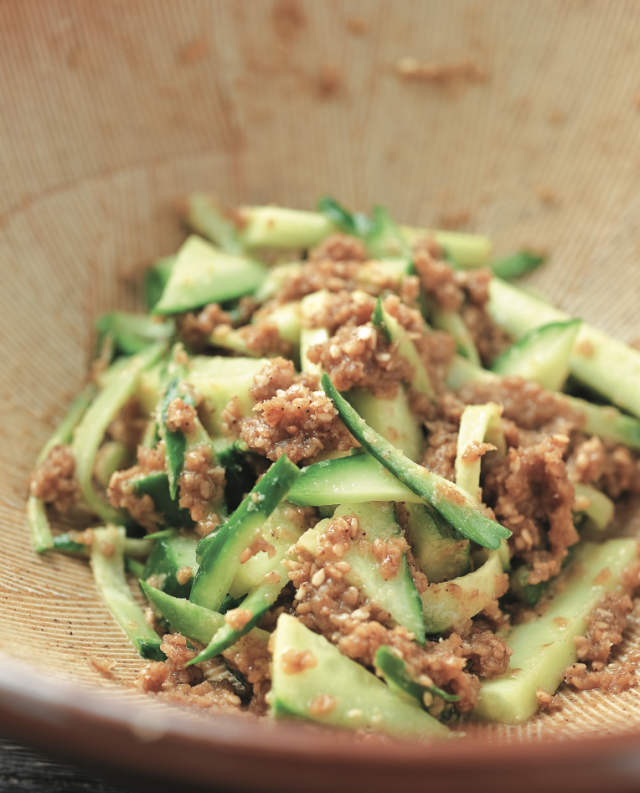 小黃瓜4種切法淋上自製芝麻醬的涼拌菜,嚼勁十足、滑溜、爽脆各種口感相互交錯。(愛米粒提供)