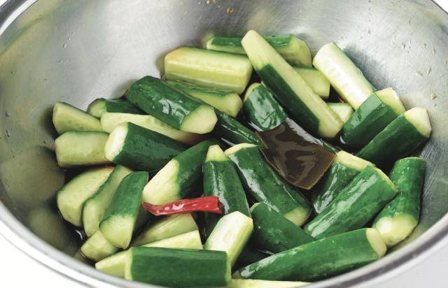 醃漬液的量要夠多,也可以直接浸泡在保存容器裡醃漬。(愛米粒提供)
