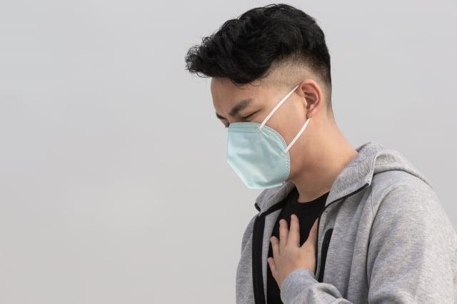 mRNA疫苗造成心肌炎副作用,有胸痛、呼吸困難等症狀。(Shutterstock)