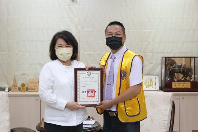 市長黃敏惠致贈感謝狀給嘉泰獅子會長吳明凱。(嘉義市政府提供)