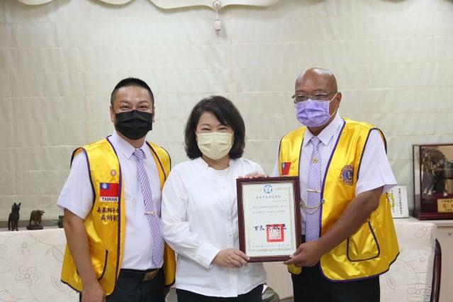 市長黃敏惠回贈感謝狀(右)朱信吉先生(左)嘉泰獅子會長吳明凱。