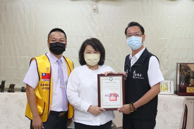 市長黃敏惠回贈感謝狀(右)李奕德議員(左)嘉泰獅子會長吳明凱。
