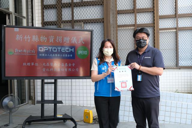竹縣教育處長楊郡慈(左)頒發感謝狀給光磊醫療公益基金會常務董事李國光(右)。