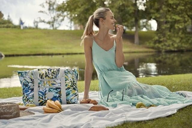 手繪棕櫚樹印花系列帶出夏季的氛圍與涼爽感。(Kipling提供)