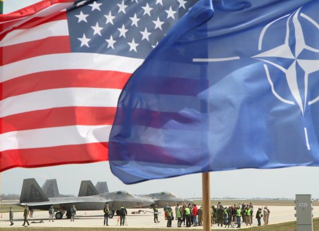 右起北約旗幟、美國國旗。(PETRAS MALUKAS/AFP via Getty Images)