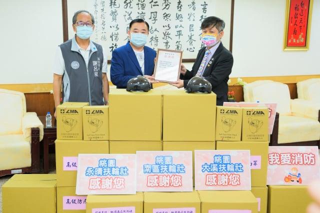 桃園市議會議長邱奕勝於20日在桃園市議會主持防疫物資捐贈儀式。(桃園市議會提供)