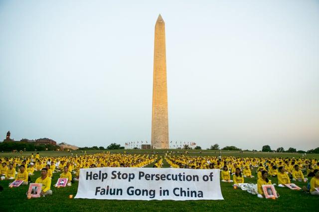 2021年7月16日,美國首都華盛頓DC,來自美東的部分法輪功學員在華盛頓紀念碑下参加燭光夜悼。(李莎/大紀元)