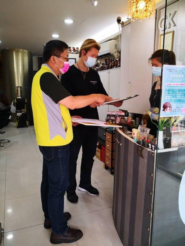 嘉義市理燙髮美容職業工會理事長林慶松重視防疫措施。(嘉義市政府提供)