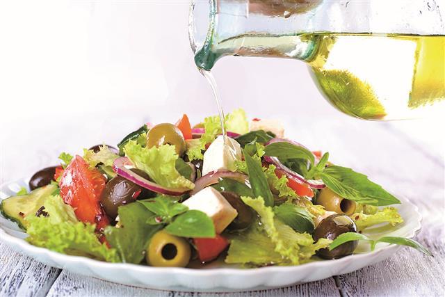 減重期間不需要完全放棄對美食的喜愛,可以選擇食用營養豐富的無糖點心,再配上檸檬橄欖油瘦身沙拉醬,就能輕鬆瘦身無負擔。(Fotolia)