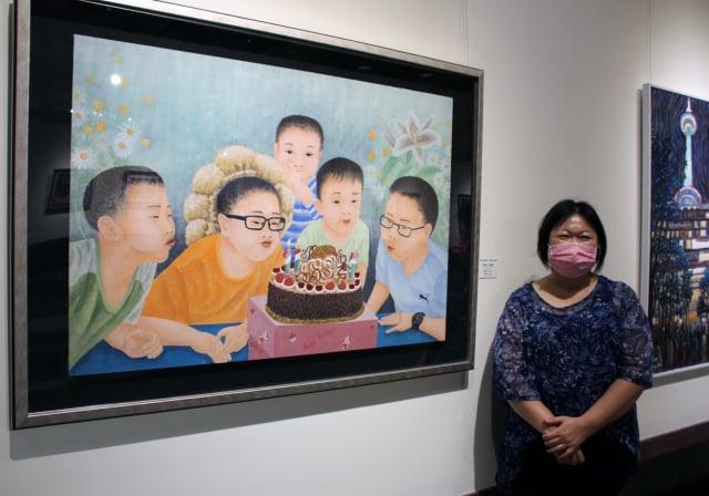 廖珮如的膠彩作品「吹出-希望」,藉由孩子慶生的喜悅,以吹蠟燭期許將疫情吹熄。(港區藝術中心提供)