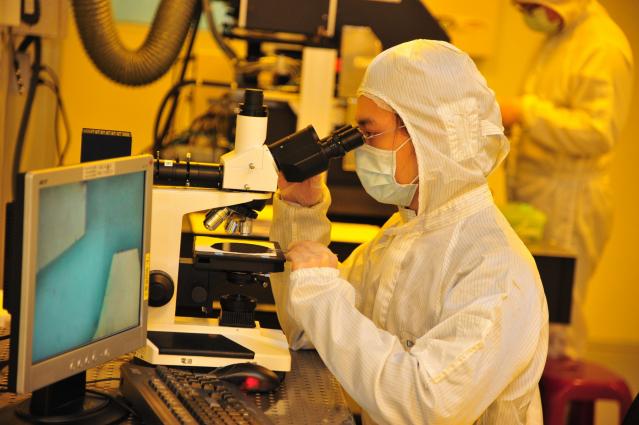 清大半導體學院學生未來將可在黃光實驗室內上實驗課,用顯微鏡觀測曝光顯影結果。