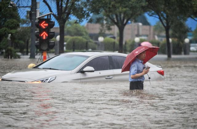 中國河南省鄭州市7月20日遭遇特大大雨襲擊,變成水鄉澤國。(STR/AFP via Getty Images)