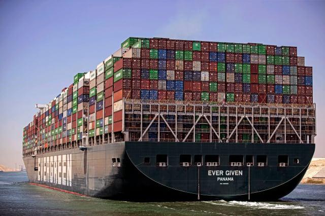 長榮說,今年3月曾卡在蘇伊士運河的長賜輪,當卸貨、維修完畢後,會再投入營運。圖為長賜輪。(MAHMOUD KHALED/AFP via Getty Images)