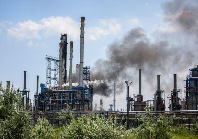 歐盟預計2026年起正式對出口至歐盟的高碳排產品課徵關稅。圖為煉油廠。(COSTIN DINCA/AFP via Getty Images)