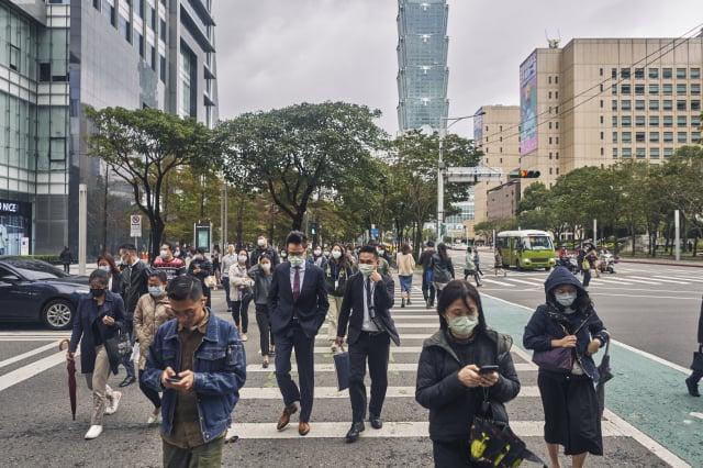 民眾黨立委邱臣遠引述計總處統計指出,今年5月失業人數高達48.9萬人,相較三級警戒前的4月增加12%之多。(An Rong Xu/Getty Images)