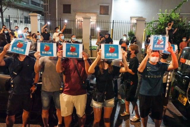 圖為6月24日,香港《蘋果日報》出報的最後一晚,數百市民冒雨來到位於將軍澳《蘋果》大樓門外,亮起手機燈並高喊「香港人加油」。(記者余鋼/攝影)