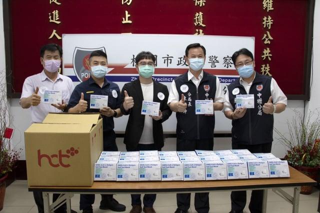 藥廠做公益捐快篩試劑助警,見疫勇為護警安民。(公益傳播基金會提供)