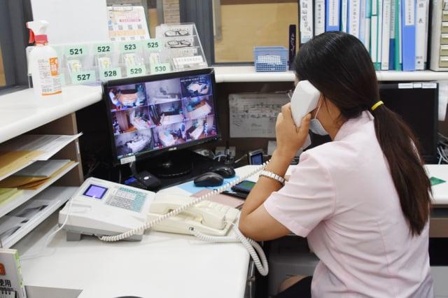 阿韻尤命牧師透過病房廣播方式,帶領病人唱詩歌、作運動。(彰化基督教醫院提供)