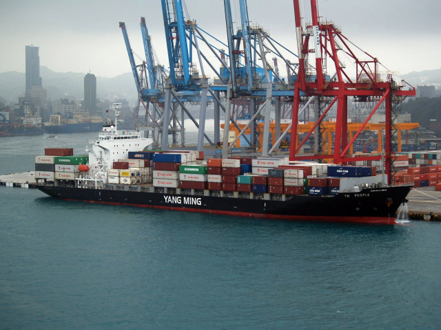 圖為陽明海運的貨櫃船。(pete - Ym People at Keelung/維基百科)