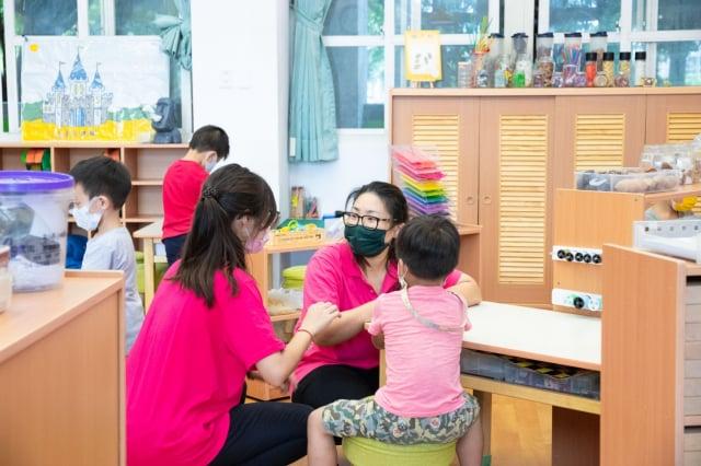 因部分家長有特殊需求,臺中市安和國中幼兒園在三級警戒期間尚有幾位小朋友在教室上課。(臺中市政府提供)