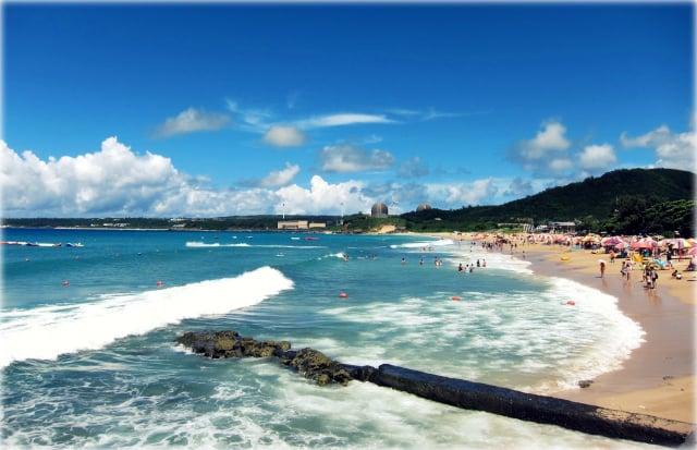 全國疫情警戒自7月27日起降至二級,將開放沙灘及國家公園內露營區。(維基百科)