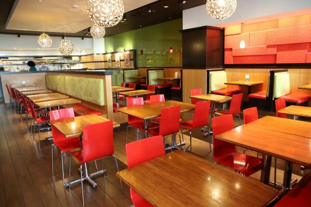 指揮中心23日公布降級指引,餐飲可開放內用。雙北市決定暫不開放。(Karen Ducey/Getty Images)