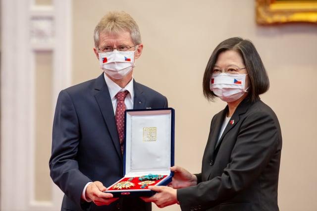 圖為捷克參議院議長韋德齊(左)去年訪臺。(總統府提供)