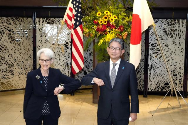 美國副國務卿雪蔓(左)即將訪問中國大陸。圖為7月20日,雪蔓和日本外務副大臣森健良(右)會晤。(Eugene Hoshiko/POOL/AFP)