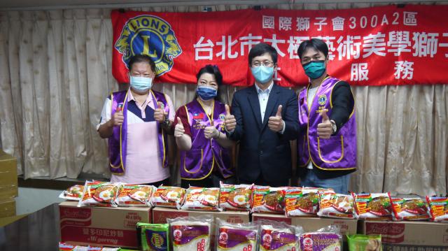 蔡適應偕獅子會捐贈白米、泡麵、乾糧等物資。(蔡適應服務處提供)