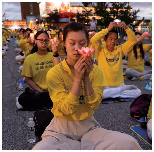 靜坐中的學員舉起點點燭光,傳遞出堅毅的聲音,要求中共立即停止迫害。(明慧網)