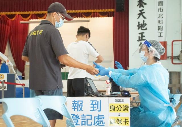 桃園汽車貨運業及外送人員,31日完成12,000人接種。