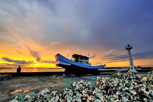 在地平線下,台西黃昏海岸,陸舟向晚。(吳雁門提供)