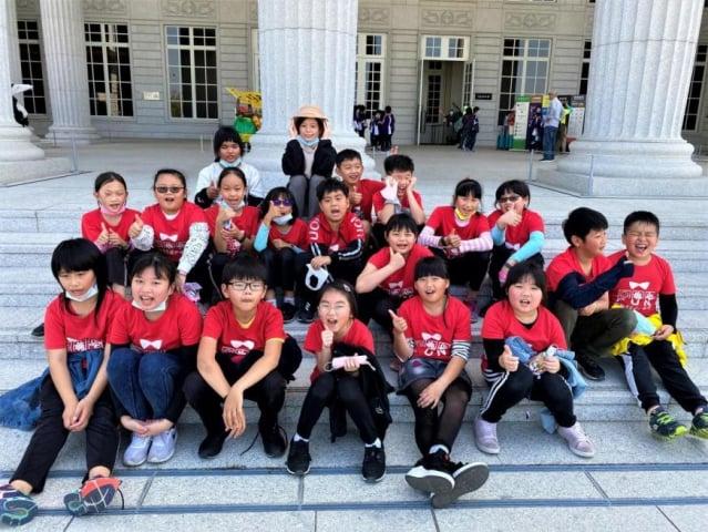 閱來閱驚喜,元長國小許若梅老師和她的學生們。(吳雁門提供)