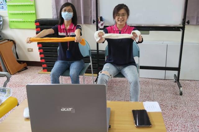照護人員帶動視訊運動。(彰化醫院提供)