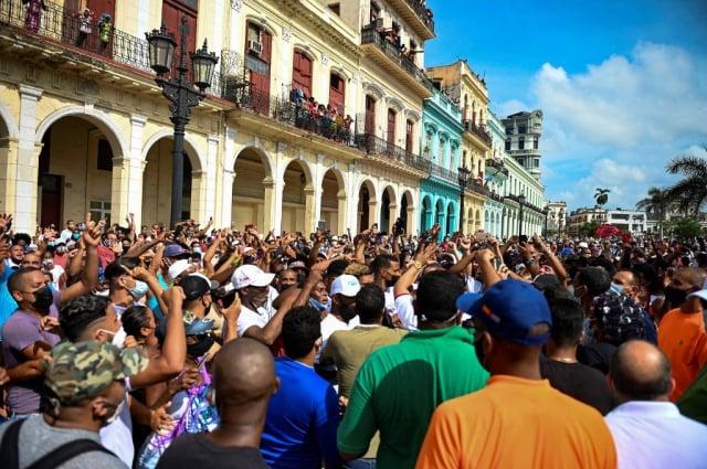 古巴抗議者7月11日走上街頭,要求結束共產主義獨裁統治。專家分析,若古巴政權垮臺,其影響有如柏林圍牆倒塌。(YAMIL LAGE/AFP)