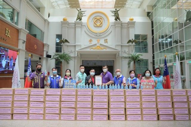 台灣水木清華校友會捐贈防疫物資乾洗手液65箱。(桃園市議會提供)