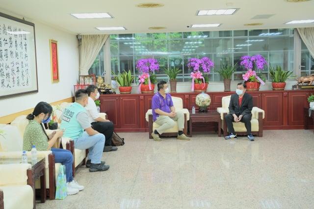 台灣水木清華校友會捐贈防疫物資乾洗手液65箱。