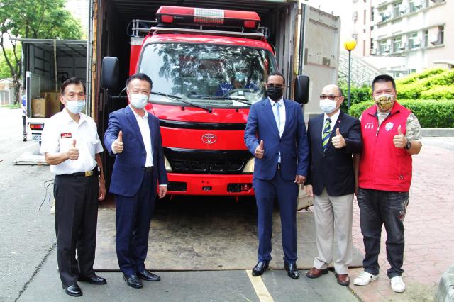 嘉義縣消防局於26日舉行援贈索馬利蘭共和國小型消防車1輛的活動,縣長翁章梁(左2)與索馬利蘭共和國駐臺代表穆姆德(右3)、外交部雲嘉南辦事處副處長郭炳宏(右2)、消防局長呂清海(左1)等人在消防車前合影。
