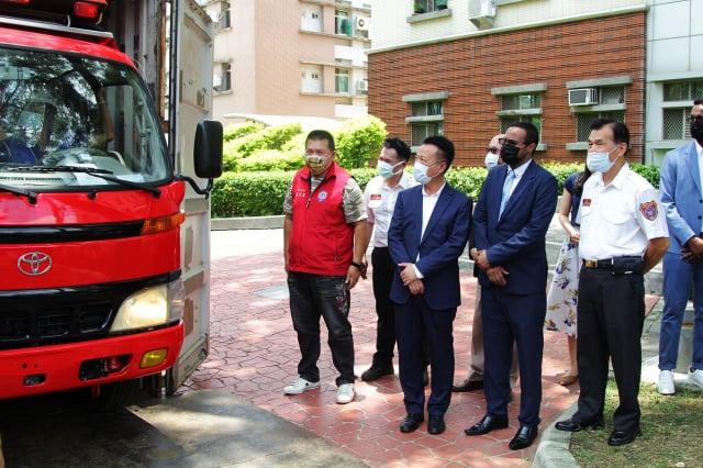 嘉義縣長翁章梁(前排右3)與索馬利蘭共和國駐臺代表穆姆德(前排右2)、嘉義縣消防局長呂清海(前排右1)等人,參觀即將裝運援贈索馬利蘭的小型消防車。