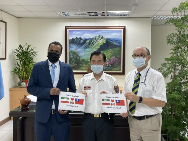 索馬利蘭共和國駐臺代表穆姆德(左)與嘉義縣消防局長呂清海(中)、外交部雲嘉南辦事處副處長郭炳宏(右)合影。