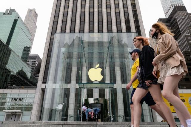 蘋果已要求樂金電子(LG)和三星(Samsung )供應更多面板。(ANGELA WEISS/AFP via Getty Images)